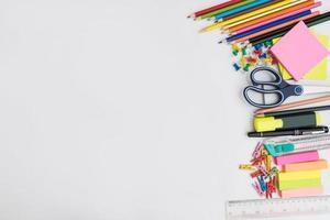 Cadre de fournitures scolaires et de bureau, sur fond blanc photo