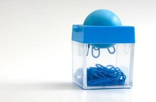 clips bleus dans la boîte photo
