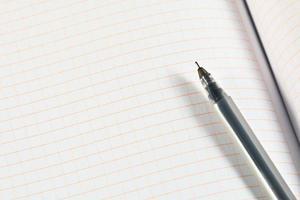 stylo à bille en gel de plastique transparent sur la feuille photo