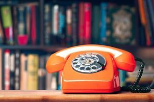 téléphone vintage au bureau sur le fond de la bibliothèque photo