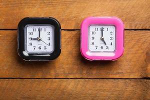 horloge noire et rose, de neuf à cinq heures ouvrables photo