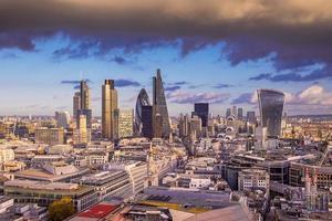 Nuages sombres sur le quartier des affaires de Londres au coucher du soleil, Londres, Royaume-Uni
