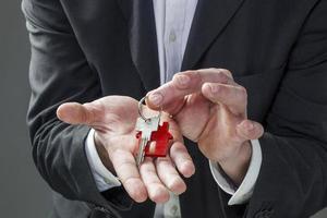 concept de mains d'entreprise masculine et immobilier photo
