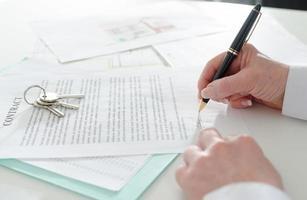 client signant un contrat immobilier