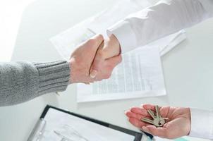 agent immobilier serrant la main de son client