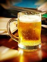 déjeuner pause-time.beer verre sur table avec notebooks.soft bokeh. photo