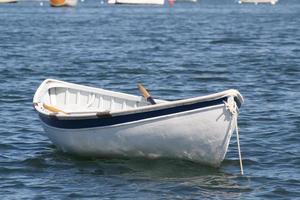 Dériveur blanc amarré dans le port bleu photo