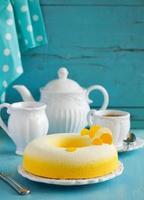 """élégant gâteau """"exotique"""" à la noix de coco, fruit de la passion, mangue et banane, photo"""