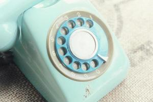 Téléphone rotatif rétro sur la texture du lin naturel photo