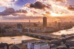 Skyline panoramique du sud et de l'ouest de Londres au coucher du soleil