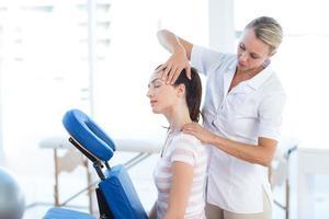 femme, avoir, cou, massage photo