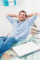 homme d'affaires détendu avec ses pieds vers le haut photo