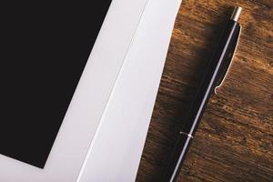 Tablette numérique moderne vierge avec des papiers photo