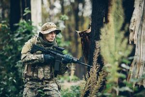 soldat avec fusil dans la forêt