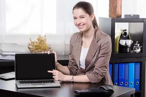 femme d'affaires avec ordinateur portable photo