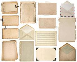 feuilles de papier usagées. vieilles pages de livre, cartons, notes de musique, enveloppe photo