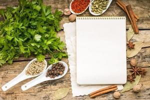 arrière-plan du menu. bloc-notes de recette avec une variété d'épices et d'herbes.