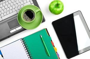 pomme verte sur le lieu de travail photo