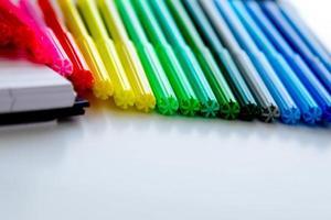 retour aux fournitures scolaires, marqueurs de couleur vive, gommes à effacer en papier photo