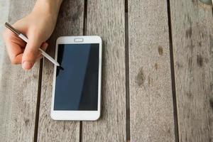 en utilisant un téléphone intelligent en plein air avec un stylo