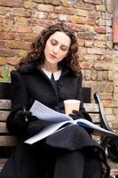 journal de lecture de jeune femme photo