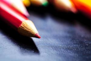 Crayons de couleur isolés sur fond noir se bouchent photo