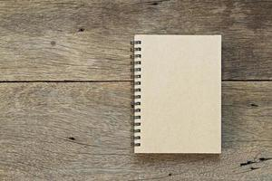 cahier brun sur fond de bois