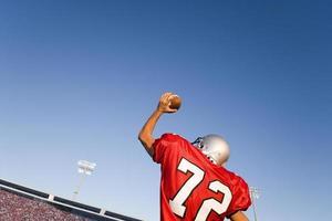 quart-arrière jetant le football photo