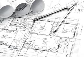 plans architecturaux et rouleaux de plans avec des instruments de dessin photo
