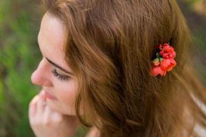 mariée dans le jardin de printemps