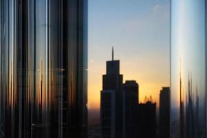 belles réflexions de gratte-ciel et dubaï / emirats arabes unis photo