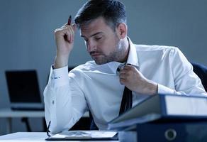 homme d'affaires travaillant des heures supplémentaires photo