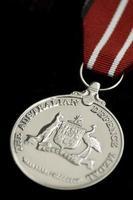 la médaille de défense australienne sur fond noir photo