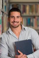 étudiant de sexe masculin dans une bibliothèque photo