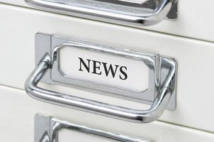 armoire à tiroirs avec le label news photo