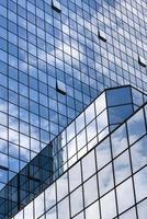 Vue en perspective de gratte-ciel de bâtiment en verre bleu acier photo