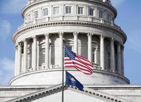 drapeaux devant le bâtiment du Capitole de l'État d'Utah
