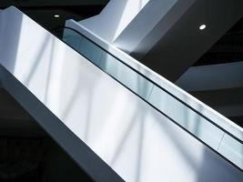 escalator dans l'architecture moderne photo