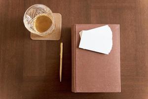 boire à côté d'un vieux livre photo