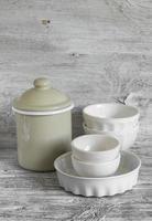 vaisselle vintage - cruche émaillée, bol en céramique et plat de cuisson photo