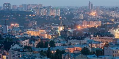 la vue sur le toit de la ville de kyiv au crépuscule photo