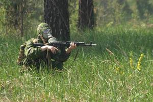 soldat en masque à gaz avec kalachnikov photo