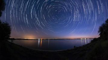 traînées d'étoiles au bord du lac