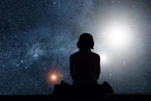 fille regardant les étoiles. les étoiles sont une illustration numérique. photo