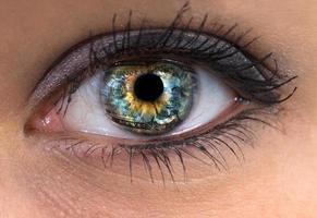 oeil de femme avec le monde dedans photo