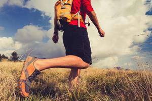 randonnée homme avec sac à dos dans les montagnes photo