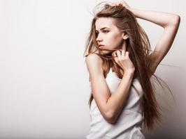 jeune fille sensuelle pose en studio. photo