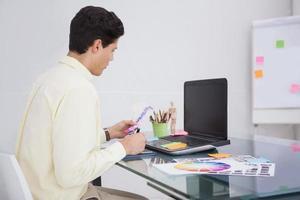 concepteur utilisant un numériseur et un échantillon de couleur photo