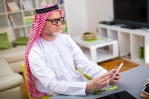 homme arabe travaille à la maison photo
