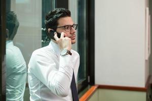 jeune homme d'affaires au téléphone photo
